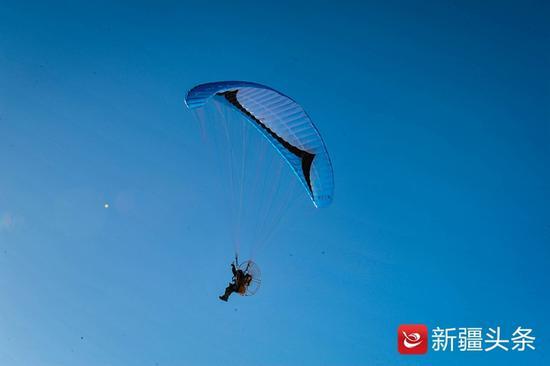 1月20日,动力伞表演者正在为21日开幕式演出活动排练。