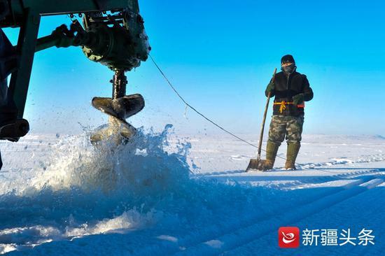 1月20日,机械电钻正在完成破冰。