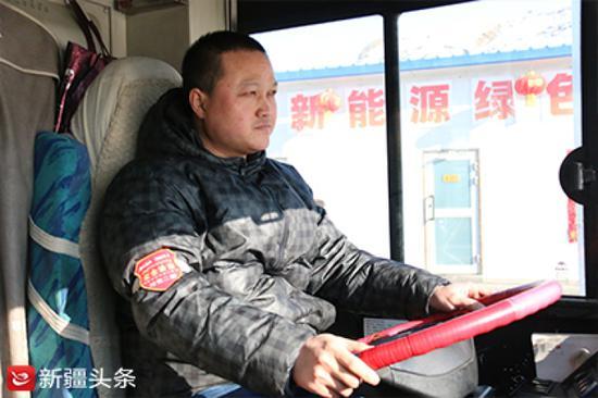 郭刚正在驾驶104路公交车。