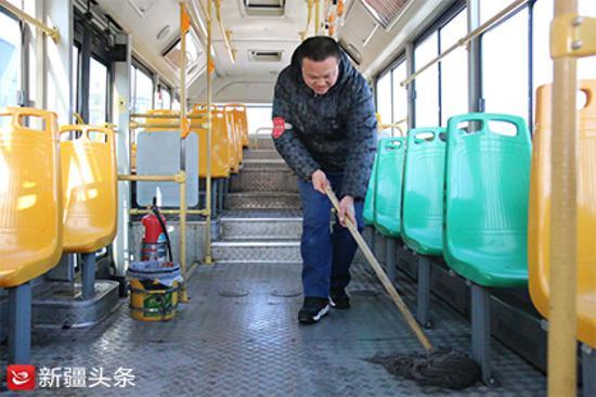 郭刚在公交车内打扫卫生。