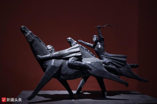 雕塑作品:《姑娘追》
