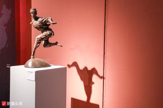 雕塑作品:《塔吉克族的雄鹰》