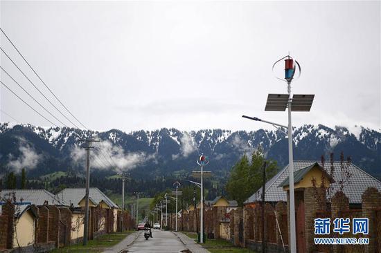 这是5月23日拍摄的新疆新源县那拉提镇阿尔善村。新华社记者贺灿铃摄