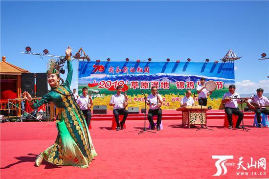 6月15日,巴里坤哈萨克自治县首届草原湿地锦鸡儿花节开幕式上的节目表演。