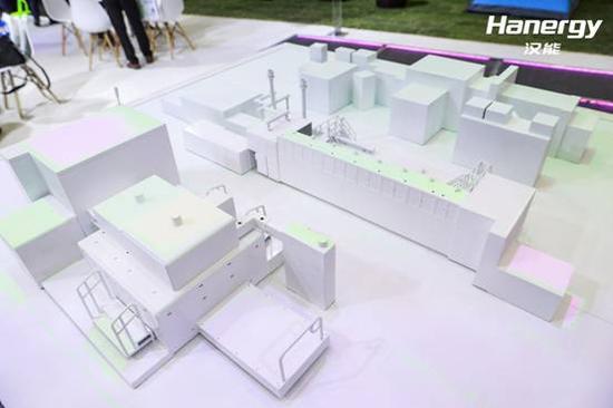 (图:SNEC展上汉能的高端装备制造产线模型)