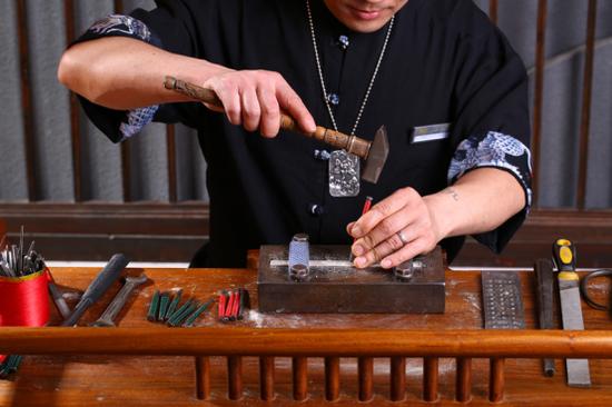 图/匠铸工艺师工作照