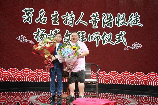 桃李满天下拜师人杨博文和董浩老师在一起