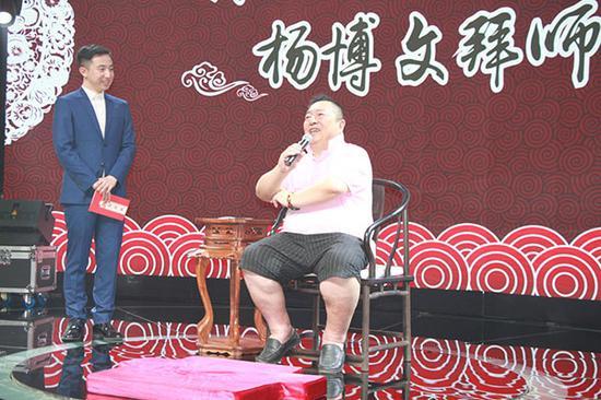 中国优秀青年主持人和少儿语言艺术教育专家、弟子杨博文仔细聆听恩师教诲