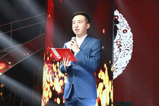 中国优秀青年主持人和少儿语言艺术教育专家、弟子杨博文宣读拜师贴