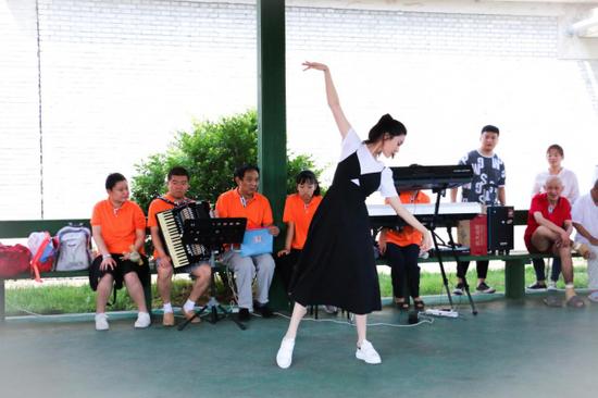 爱心公益大使演员王子璇为残疾朋友们表演舞蹈《茉莉花》