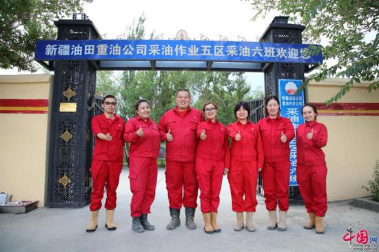 新疆油田公司重油公司采油作业五区采油六班(部分)成员合影(胡俊摄)
