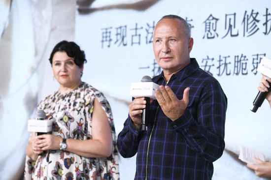 图:Fresh品牌联合创始人Lev Glazman先生和Alina Roytberg女士与嘉宾们分享传奇面霜的修护秘密
