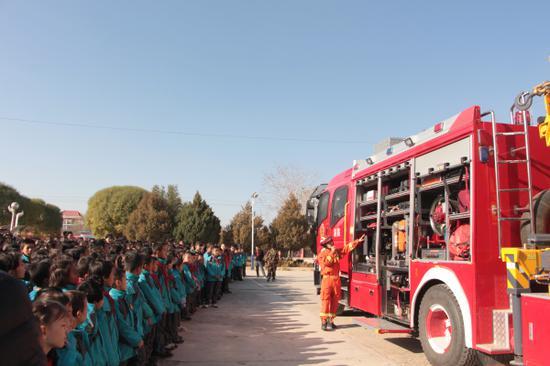 新疆库车县:1000本消防安全教育读本赠送辖区学校