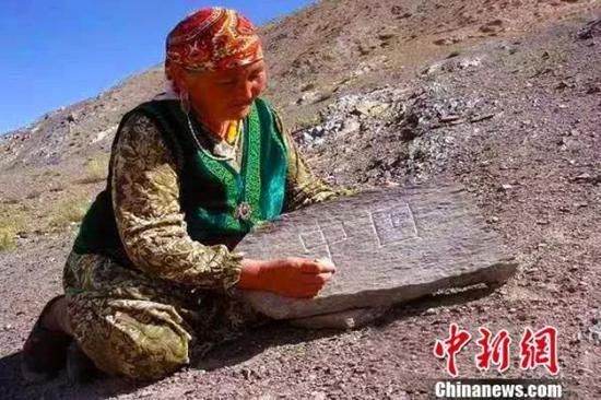 """58载如一日 不识字的她在十多万块石头上刻下""""中国"""""""