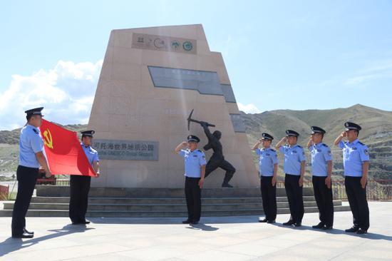 阿勒泰边境管理支队吐尔洪边境派出所民警在纪念碑前重温入党誓词。