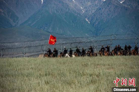 新疆伊犁边境管理支队霍尔果斯边境管理大队组织民警、辅警、护边员,对边境地区进行巡逻。 郭玮 摄