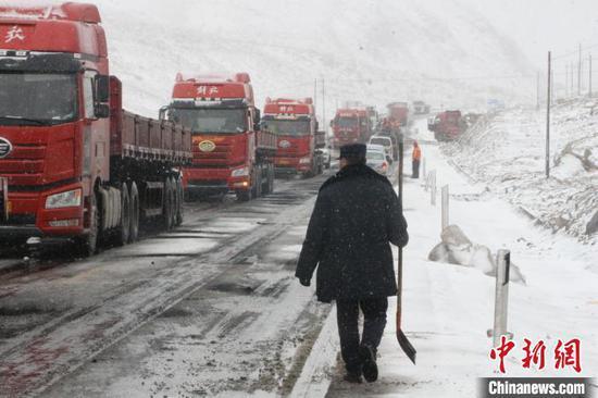 新疆阿克陶道路结冰逾百车停滞 民警紧急分流疏通