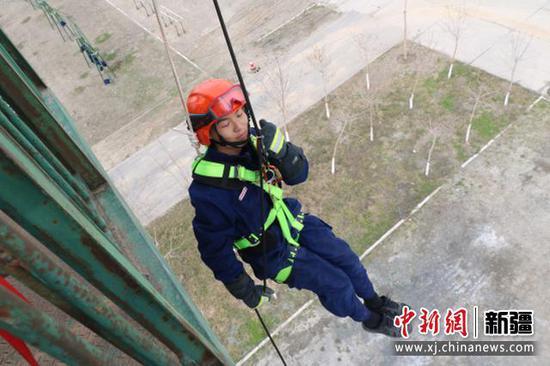 新疆森林消防总队新消防员进行高空索(滑)降训练