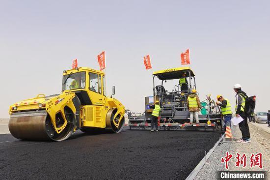 新疆若民高速路面施工完成近半 预计年底建成通车