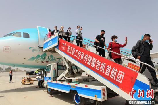 浙江职工疗休养援疆包机首航团抵达新疆阿克苏