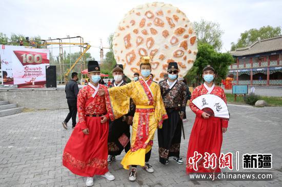 新疆察布查尔县首届幻唐游园狂欢节开幕