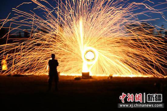 打铁花是一种大型民间传统焰火。