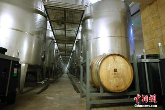 图为9月24日拍摄的新疆天塞酒庄加工车间。中新社记者 富田 摄