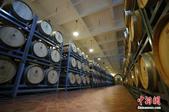 图为9月24日拍摄的新疆天塞酒庄酒窖。中新社记者 富田 摄