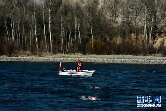 1月6日,参赛选手在比赛中。 当日,第九届中国·青海国际(冬季)抢渡黄河极限挑战精英赛在青海省海南藏族自治州贵德县举行,赛事吸引了来自俄罗斯、法国、德国等17个国家和地区的122名冬泳爱好者参与。 新华社记者吴刚摄