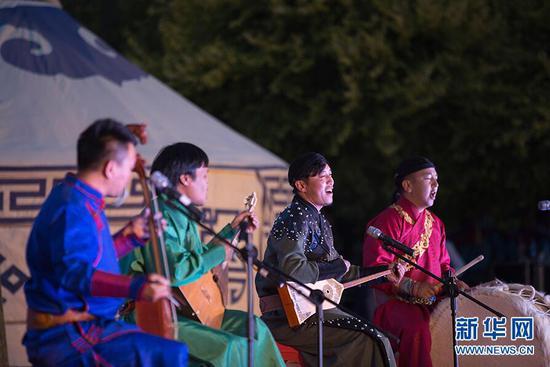05月31日,来自和布克赛尔的乐团正在表演《江格尔史诗》。