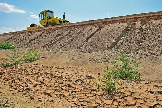 沙漠高速建设忙