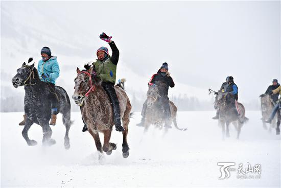 2019年1月1日,雪地赛马激情上演。