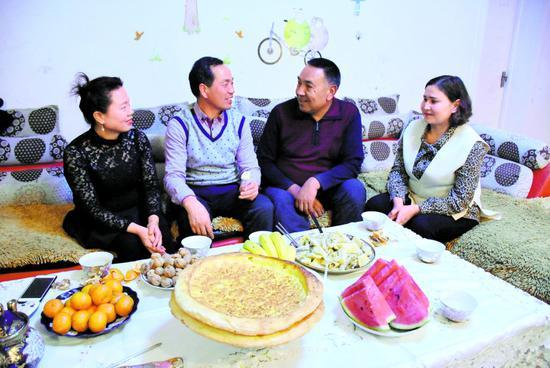 3月17日,赵武忠(右三)夫妇在莫合塔尔(右二)家里聊家常,如今两家人胜似一家人。