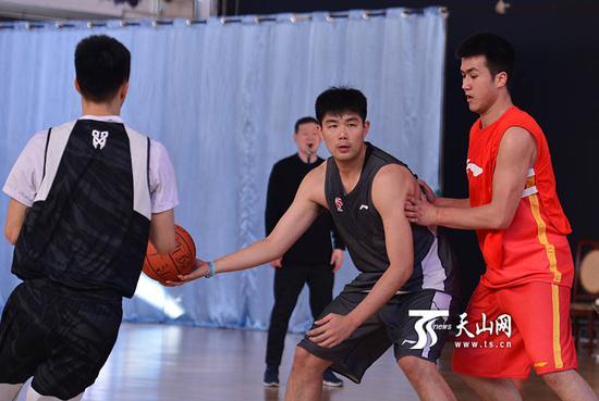 新疆队球员在训练中演练进攻战术。