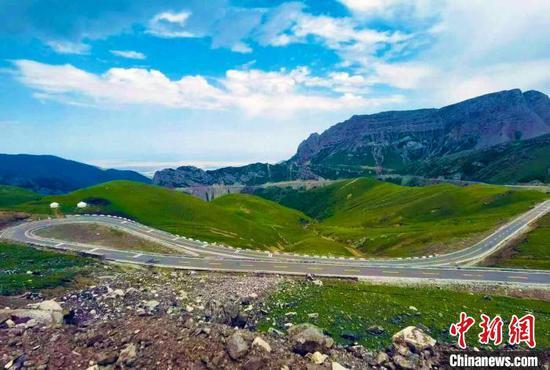 图为伊昭公路的美丽景色。 新疆交通运输厅路网监测与应急处置中心提供