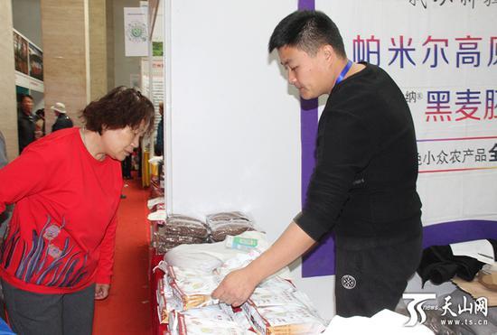 市民准备采购新疆黑小麦。