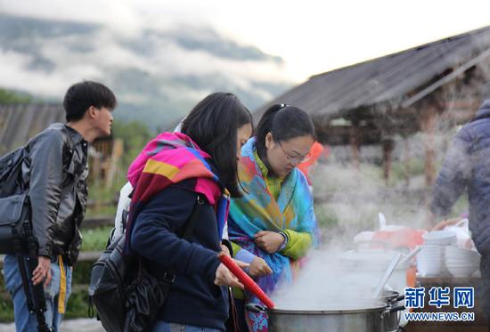 图为清晨,来此旅游的游客外出吃早餐。新华网 刘舒 摄