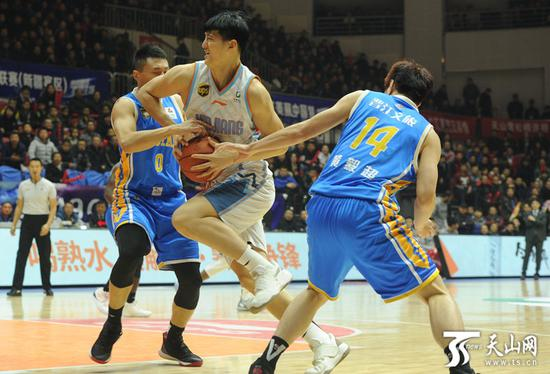 新疆队俞长栋突破上篮。