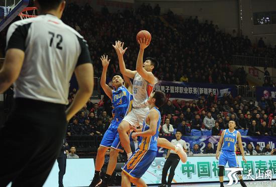 新疆队孙桐林上篮。
