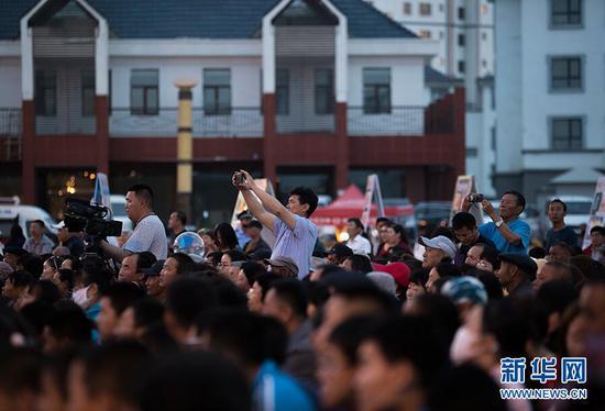 5月31日,博湖县天湖湾广场上的观众。