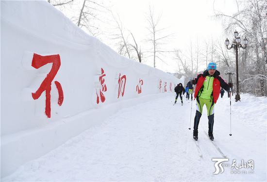 2019年1月12日,滑雪爱好者在桦林雪世界体验滑雪。