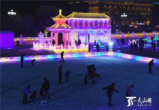 2019-11-20晚,游客在阿勒泰市冰雪大世界滑冰场滑冰。