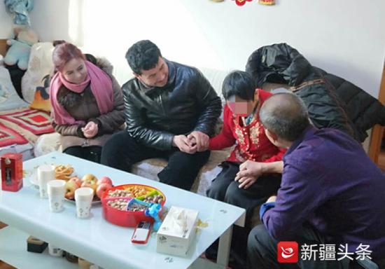 佧迪尔妮萨夫妇(左一,左二)看望刘宗元夫妇(右一,右二)。