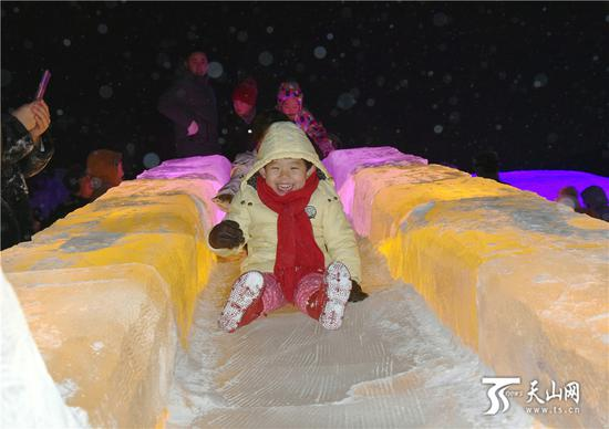 2019-11-20晚,小朋友在阿勒泰市冰雪大世界玩得很开心。