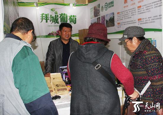 参展商正在推介新疆特色农产品。