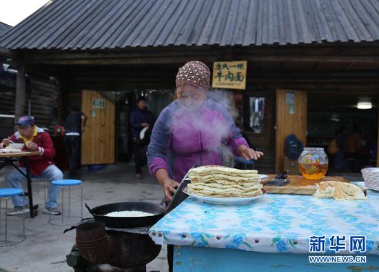 图为当地百姓正在制作早餐。新华网 刘舒 摄