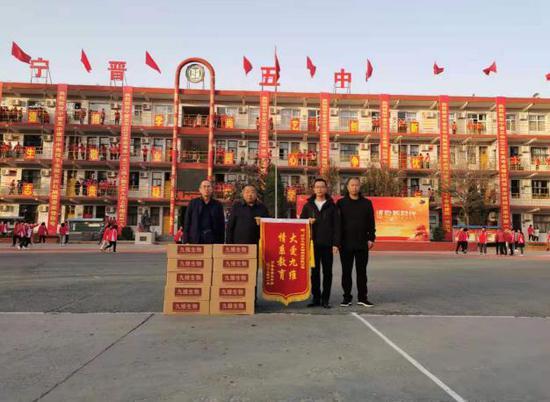 河北省九维生物科技开发公司情系教育向宁晋县五中学校捐大枣