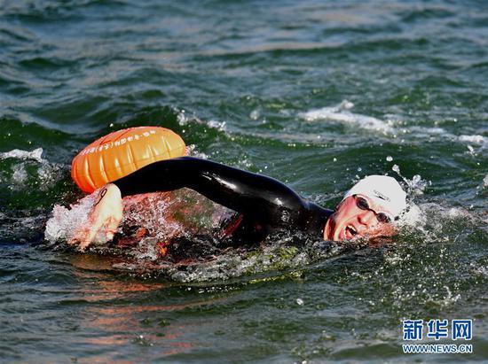 1月6日,参赛选手在比赛中。 当日,第九届中国·青海国际(冬季)抢渡黄河极限挑战精英赛在青海省海南藏族自治州贵德县举行,赛事吸引了来自俄罗斯、法国、德国等17个国家和地区的122名冬泳爱好者参与。 新华社发(张龙摄)