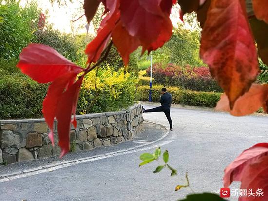 10月15日,乌鲁木齐天气晴好,市民在雅山公园晨练。