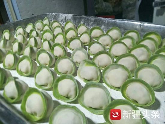 这是乌市今年创新研发的金元宝形状的猴头菇馅饺子。